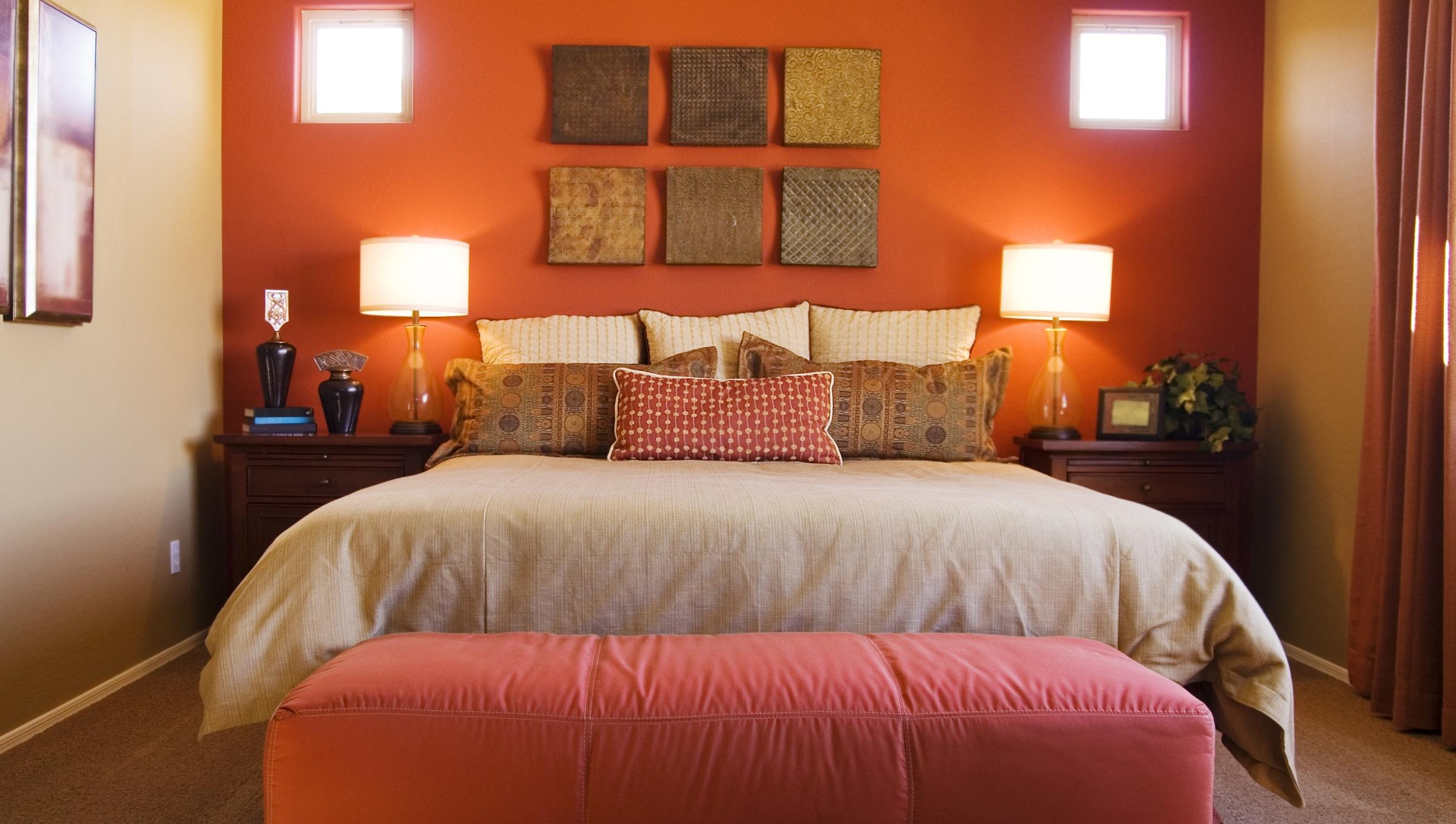 Как покрасить стены в спальне